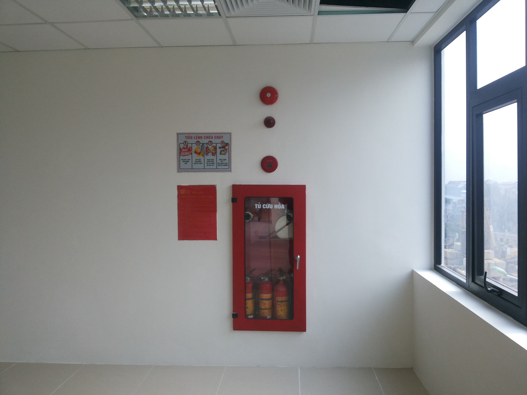 Bố trí chuông báo và hộp phòng cháy chữa cháy sát mặt tường
